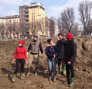 Alcuni dei volontari all'opera per il recupero delle rane, alla Darsena di Milano