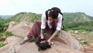 Rosanna Pellacini ed un cane incontrato in india