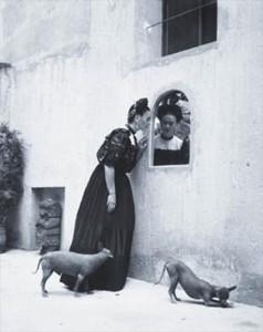 """Il Xoloitzcuintle o cane nudo messicano è una razza canina già conosciuta dagli Aztechi, di taglia di 28-31 cm e con un peso dai 4 ai 12 kg. La conformazione fisica è simile a quella di un Terrier. Le varietà riconosciute sono tre: standard, tipo medio e tipo piccolo. Il nome deriva dalla parola lingua nahuatl xōlōitzcuintli, a sua volta unione delle parole Xolotl e itzcuintli """"cane"""" il significato è quindi """"cane del dio Xolotl"""". Le orecchie sono erette quando è attento, il collo allungato e arcuato, la groppa è larga, muscolosa e solida. Il muso è appuntito e la testa è coperta di pochi ma duri peli. I colori del mantello possono essere: grigio, marrone scuro o color oro. La pelle dell'animale esposta al sole può riportare scottature, poiché il pelo è molto corto. Sono dolci ed allegri, molto coraggiosi, ma diffidenti con gli estranei. Divertenti e pazienti con i bambini. Tra questi il favorito di Frida si chiamava MR.XOLOTI"""