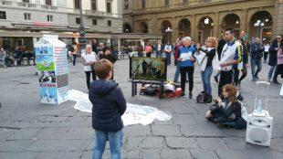 In piazza a Firenze la crudeltà dietro la produzione di latte e formaggi